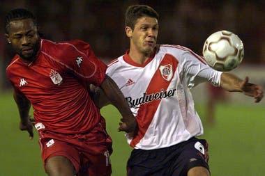 Martín Demichelis jugando la Copa Libertadores de 2003, ante América de Cali