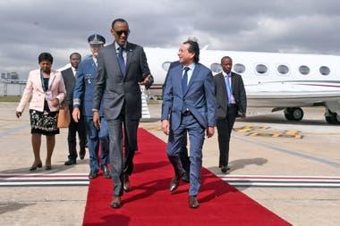 Llegada de Paul Kagame, presidente de Ruanda por G20 Argentina y fue recibido por Dante Sica