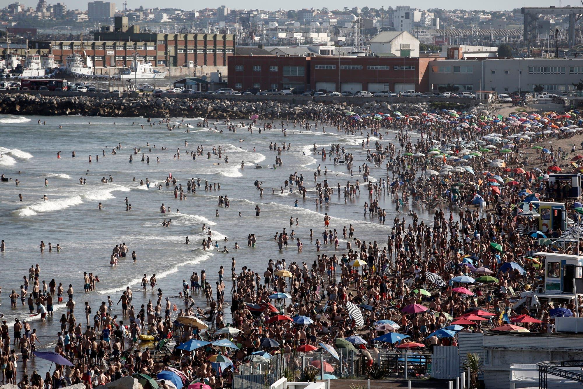 Pleno sol y más de 30 grados en el puntapié inicial de la temporada en Mar del Plata