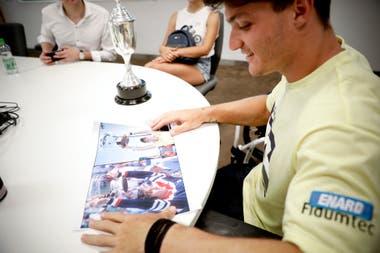 Fernández, emocionado, mirando una foto en la que Vilas y él levantan el trofeo de Australia