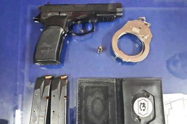 Pistola, esposas y credencial robadas a una policía Local de Quilmes en 2017