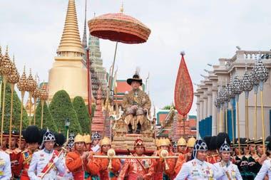 Es conocido por sus excentridades y su personalidad errática y caprichosa; Maha Vajiralongkorn, rey de Tailandia desde 2016, también llamado Rama X, lleva una vida caracterizada por los escándalos sexuales y por la acumulación de una riqueza de miles de millones de dólares