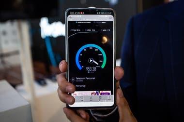Una de las diferentes pruebas realizadas en la red 5G experimental de Telecom, que alcanzó velocidades de descarga por encima de los 600 Mbps