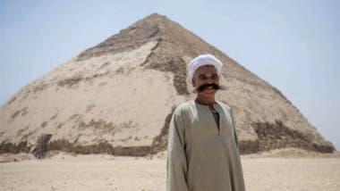 La Pirámide Acodada o Pirámide Romboidal de Dahshur fue construida por el faraón Seneferu alrededor del año 2600 a.C. y fue originalmente diseñada como una pirámide de caras lisas, a un agudo ángulo de 54 grados.