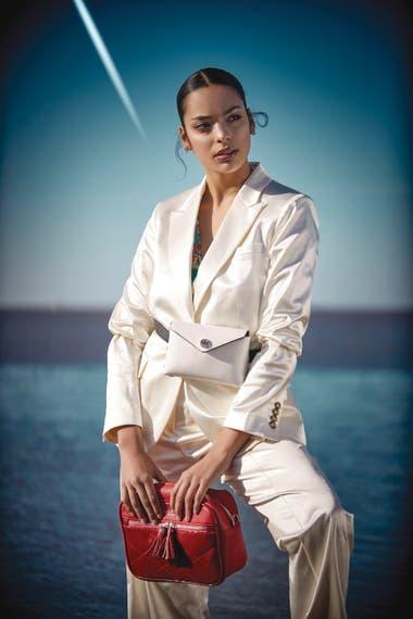 Traje de satén (Tommy Hilfiger), blusa estampada de raso (Mirta Armesto), riñonera de cuero blanca (Blaquè), cartera con tira desmontable roja (Lazaro)