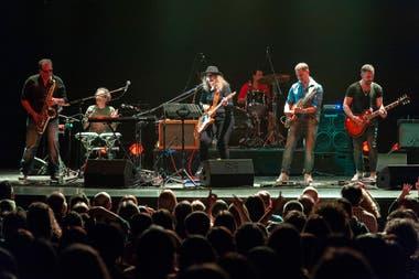 Acompañada por su banda,Cosmonautas, Carballo se presentó en el teatro ND