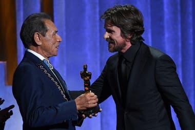 Wes Studi recibe el Oscar de la mano de Christian Bale