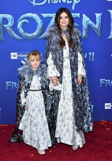 Selena Gomez fue a la premiere con su hermana Gracie Teefay, luciendo idénticos vestidos vaporosos y capas con detalle de plumas