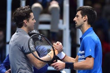 El saludo entre Thiem y Djokovic; si el serbio pierde con Federer no podrá terminar el año como Nº 1.