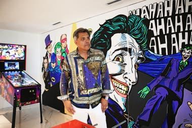 El empresario Jorge Gómez, tiene 61 años, y es el dueño de Roker. De fondo se ve un flipper de Batman, modelo 66, edición premium, relanzado hace unos años para los más nostálgicos