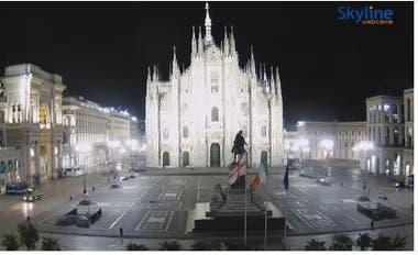 Una webcam muestra el Duomo de Milán y la galería, en una noche solitaria. Se pueden recorrer más de 60 países del mundo por medio de cámaras