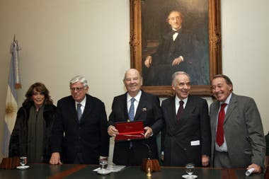 Magdalena Ruiz Guiñazú, Hermenegildo Sábat, Bartolomé Mitre y José Ignacio López en el Museo Mitre. El director de LA NACION recibe la Pluma de Honor de la Academia Nacional de Periodismo (2012)