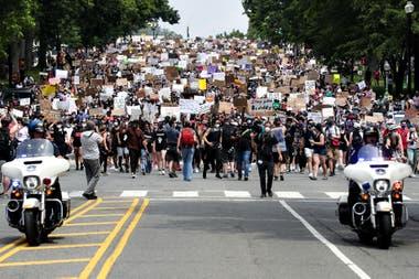 La policía custodia a los manifestantes en Washington