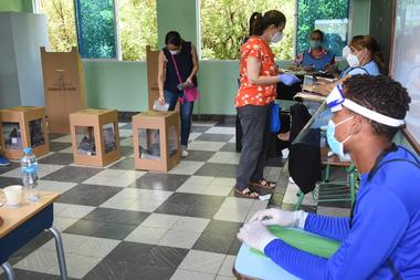 Las mujeres votan durante las elecciones generales en Santo Domingo, el 5 de julio de 2020, en medio de la pandemia de coronavirus