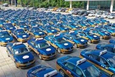 """En 2019, en la ciudad de Neijiang, se dispusieron 1.300 autos para el transporte gratuito de estudiantes los días del """"gaokao"""". (Neijiang, China, 2019)."""
