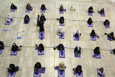 Una fotografía tomada el 29 de julio de 2020 muestra al primer grupo de mujeres peregrinas rezando en la Gran mezquita de la ciudad sagrada de La Meca al comienzo de la peregrinación musulmana anual del Hajj