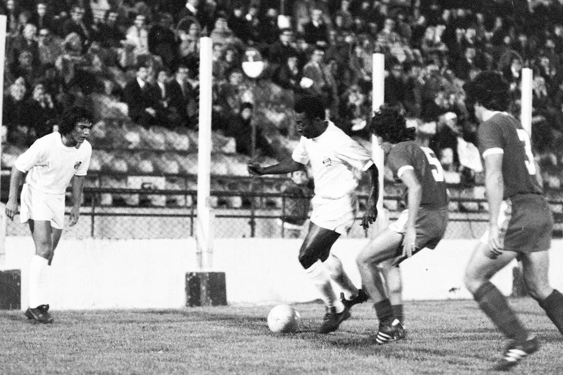 Pelé (5 de diciembre de 1973): en el Ducó, Huracán celebraba la conquista del campeonato del histórico equipo de César Menotti; el crack brasileño jugaba el último de los 39 partidos que disputó en nuestro país; fue con una goleada 4 a 0 para Santos y con un golazo de Pelé