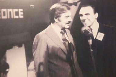 Con Roberto Galán, cuando participó con una canción de su autoría.