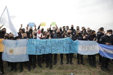 Banderas y pancartas por el reclamo salarial de los policías bonaerenses, en el Puente 12 en el partido de La Matanza