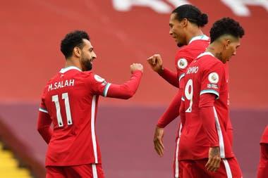Mohamed Salah del Liverpool celebra su primer gol con Virgil van Dijk. El egipcio anotó tres