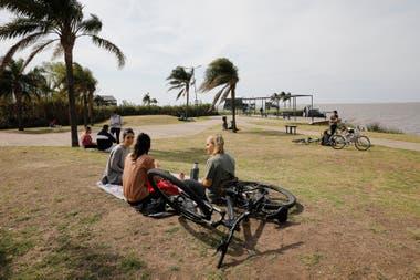 Reuniones al aire libre en la costanera de San Isidro