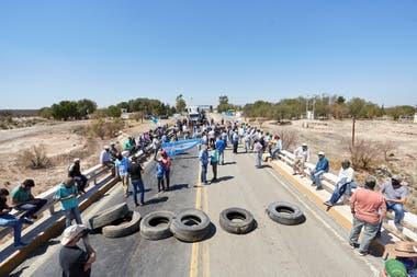 Productores de Mendoza realizan un corte indefinido por la imposibilidad de ingresar a San Luis