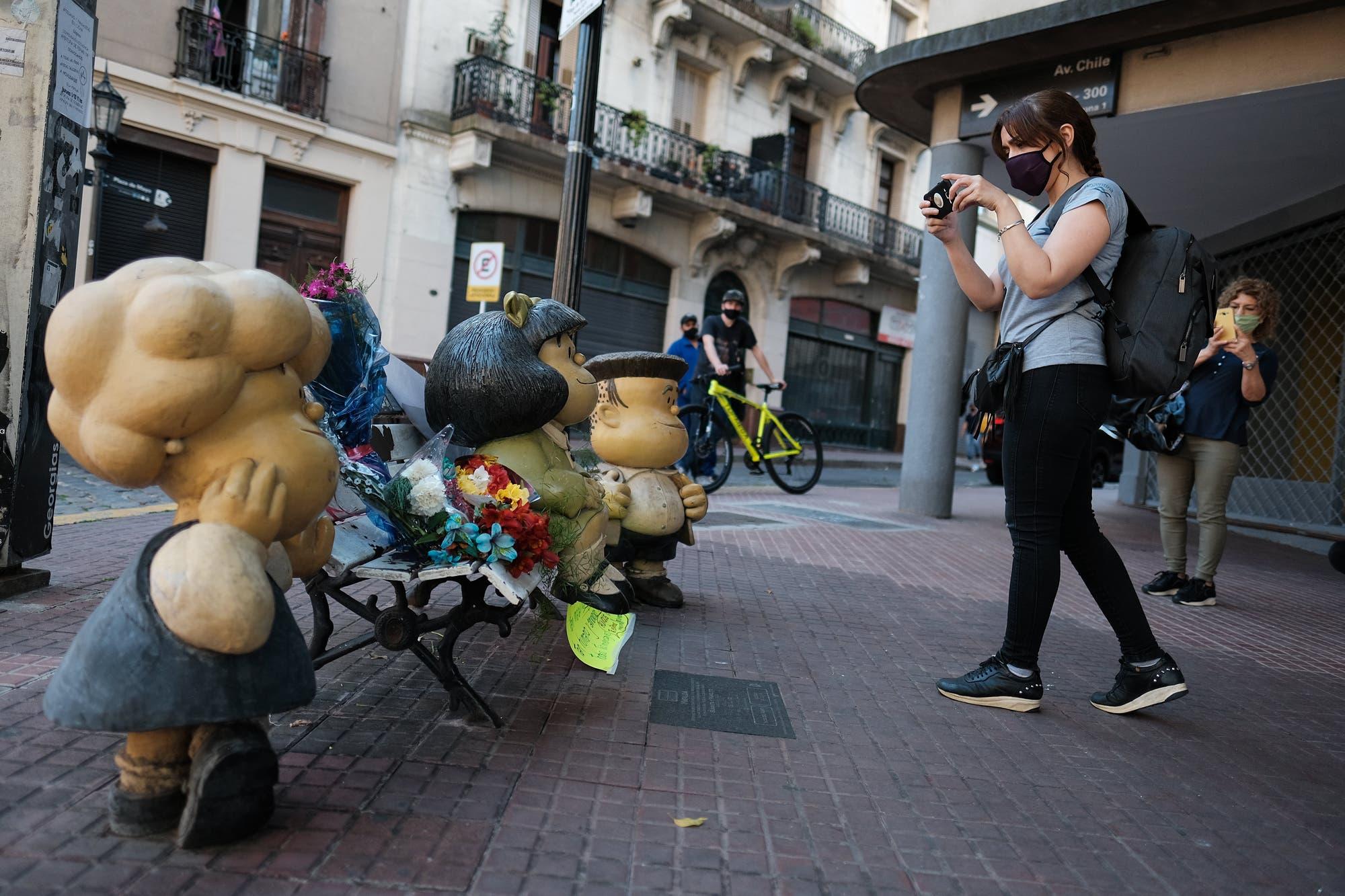 Homenaje a Quino: con flores, los fanáticos despiden al creador de Mafalda en San Telmo, Mendoza y Oviedo
