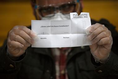 Un miembro del personal electoral cuenta los votos después del cierre de las urnas en la escuela secundaria Amunategui en Santiago el 25 de octubre de 2020, durante la votación del referéndum constitucional