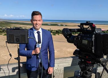 Eammon es periodista en un canal de televisión. Crédito: Instagram