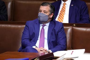 El senador por Texas, el republicano Ted Cruz, se encuentra en la Cámara durante una nueva reunión de una sesión conjunta del Congreso el 6 de enero de 2021 en Washington, DC
