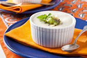 Mousse de yogur con kiwis