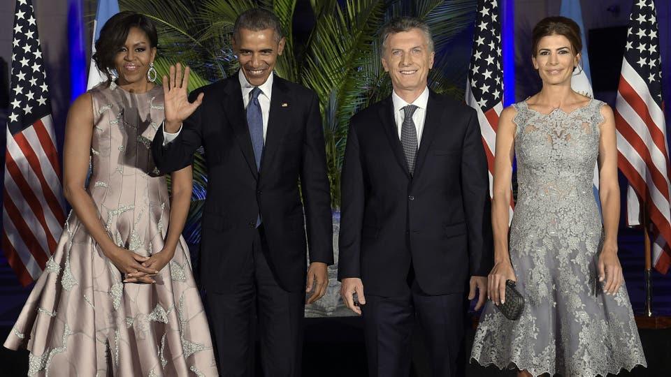 Los presidentes Barack Obama y Mauricio Macri, en el centro cultural Nestor Kirchner, junto a sus esposas. Foto: AFP / Juan Mabromata