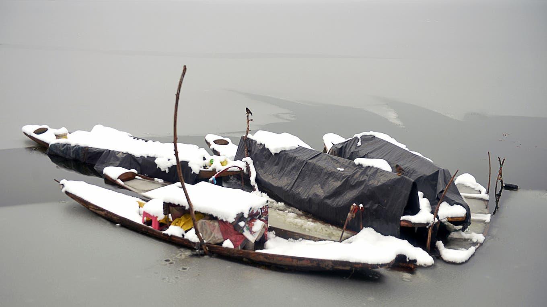 Tras varios días de intensa nevada, el lago Dal, en la ciudad de Srinagar en la India comienza a congelarse. Foto: AFP / Tauseef Mustafa