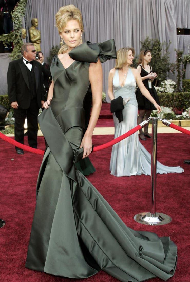 La actriz Charlize Theron dijo que la seda satinada del traje de John Galliano era ´increíble´; así también lo fue el tamaño del moño del hombro que casi no le dejaba ver la cara. A veces, menos es más...