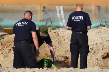 La policía remueve cuidadosamente el artefacto