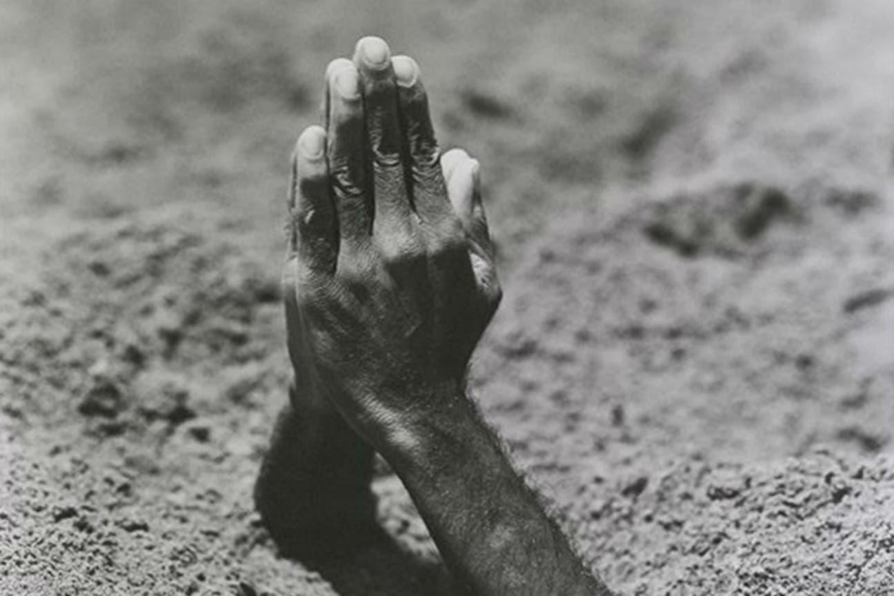 Registro de Madre (2000), una performance presentada por Maurizio Cattelan en 1999 en la Bienal de Venecia, exhibido en 2016 en Fundación Proa. Un faquir era enterrado en la arena y sólo quedaban fuera sus manos unidas