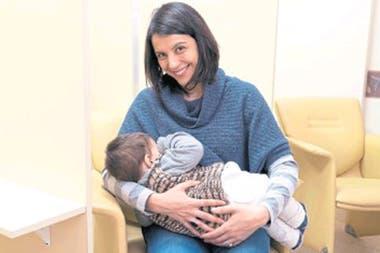 Caso positivo: Ileana con su bebé, Agustín, en el lactario del trabajo