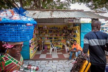 En muchos casos se venden productos con químicos no permitidos, el Gobierno de Ghana prohibió la hidroquinona, el principal componente químico utilizado en muchos productos de decoloración de la piel