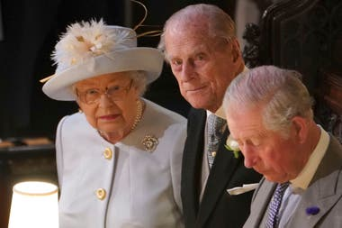 La reina Elizabeth II, junto a su esposo y el Príncpe Carlos, asistieron a la boda