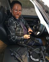 El Chino Maidana con una máscara y dos armas; otra de las fotos que subió en las redes sociales y luego bajó por las polémicas
