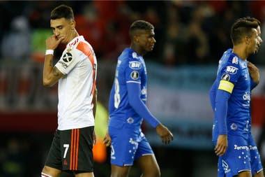 Suárez se lamenta por haber desviado un penal que el árbitro Bascuñán cobró a instancias del VAR en River-Cruzeiro.