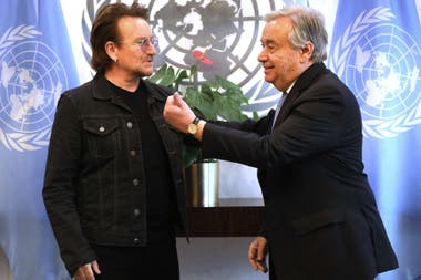 """Bono y el secretario general de la ONU, António Guterres, propulsando la campaña """"Drive for Five"""" que solicita que los países garanticen 12 años de educación gratuita de calidad para las adolescentes que están situación de desventaja"""