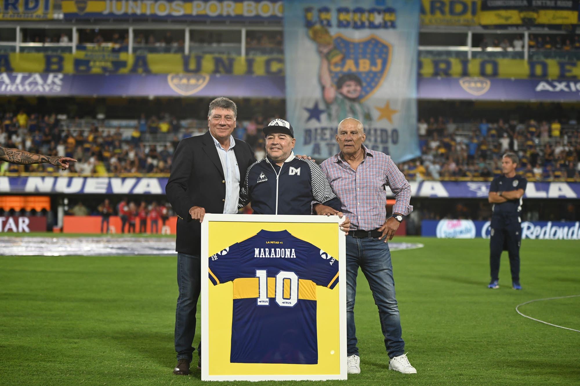 Boca-Gimnasia: Maradona fue ovacionado por los hinchas en un recibimiento inolvidable