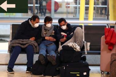 Los argentinos que tienen un pasaje de regreso al país son los que tienen prioridad para la repatriación