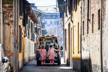 Trabajadores sanitarios patrullan las calles de Codogno, epicentro del brote en Italia
