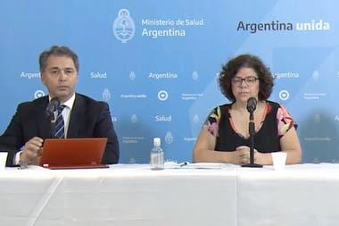 Alejandro Costa, subsecretario de Estrategias Sanitarias, y Carla Vizzoti, secretaria de Acceso a la Salud, durante una conferencia de prensa
