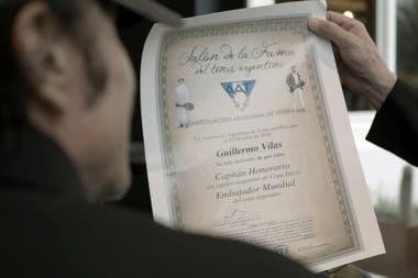 El diploma de la AAT que recibió Vilas, nombrado como Capitán Honorario y Embajador Mundial del Tenis Argentino.