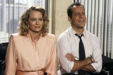 """Moonlighting, la comedia romántica de suspenso protagonizada por Cybill Shepard y Bruce Willis en los años 80 está """"desaparecida en acción"""" en las plataformas globales; propiedad de ABC, quizá reaparezca de la mano de la plataforma de streaming Disney"""