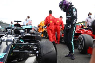 Hamilton se queda mirando el estado de la rueda delantera izquierda, que le jugó una mala pasada