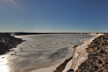 Laguna congelada en la meseta de Strobel